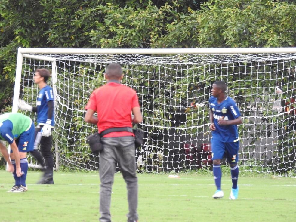 Vinícius Junior treina no Ninho do Urubu com os profissionais do Flamengo (Foto: Fred Gomes)
