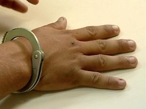 Marcas nas mãos do suspeitos foram indícios (Foto: Cadu Alves/ Inter TV Alto Litoral)
