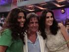 Depois de ganharem rosas do cantor, famosas tiram fotos com Roberto Carlos