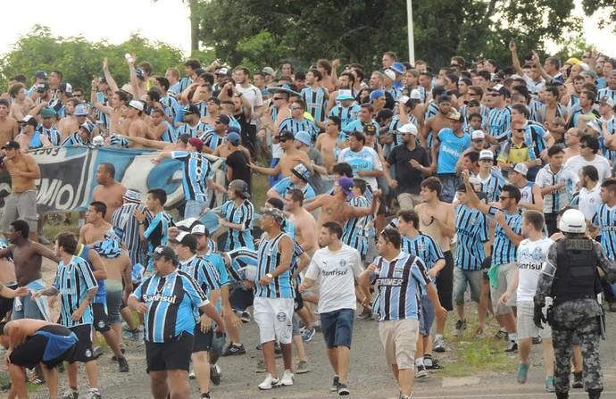 Houve confusão na chegada de torcedores gremistas escoltados ao Beira-Rio (Foto: Tomás Hammes/GloboEsporte.com)