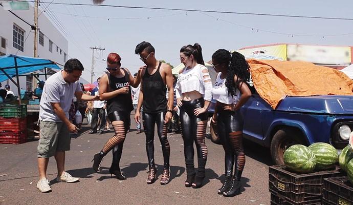 Grupo de dança se apresenta de salto alto na feira livre de Ituiutaba  (Foto: Divulgação   Tô Indo)