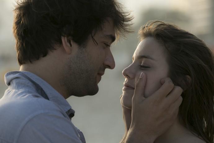 Tiago e Isabela vivem romance no Rio (Foto: Raphael Dias/Gshow)