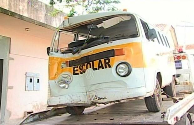 Motorista perde o controle e Kombi escolar com oito crianças bate em casa, em Goiandira, Goiás (Foto: Reprodução / TV Anhanguera)