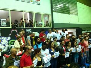 Demitidos participaram de assembleia. (Foto: Marcelo Mora/G1)