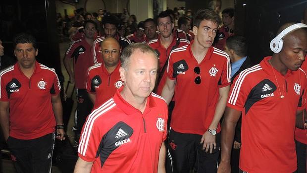 Mano Menezes desembarque Flamengo em Brasília (Foto: Cahê Mota)