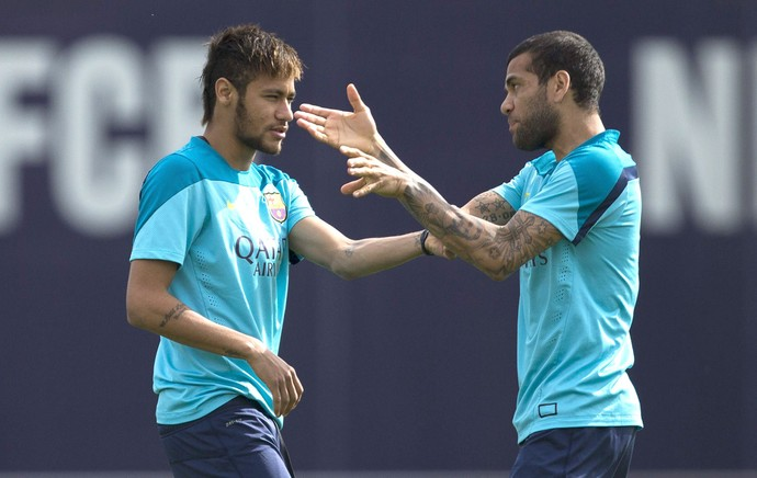 Neymar e Daniel Alves no treino do Barcelona (Foto: EFE)