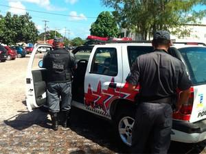Polícia faz cerco à fábrica de açaí, em Parnamirim (Foto: Rafael Barbosa/G1)