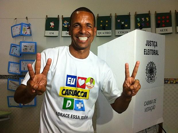 Juninho vota em Campo Grande e se diz feliz com a campanha (Foto: Rodrigo Rezende/ G1 ES)