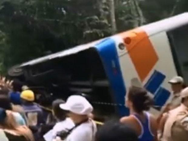 Ônibus se envolveu em acidente que deixou mortos e dezenas de feridos na Costa Verde do Rio (Foto: Reprodução/GloboNews)