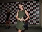 Isabella Santoni usa vestido curtinho e botas de cano alto em show