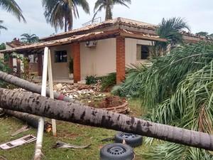 Equipes da concessionária de energia trabalharam durante toda a madrugada (Foto: Betto Lopes/TV Fronteira)