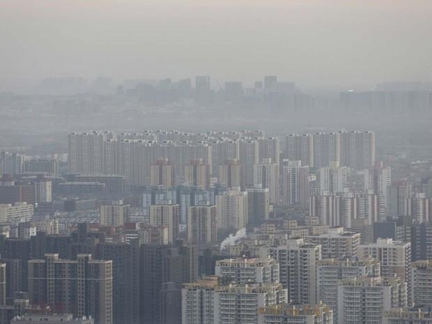 Pequim é vista nesta sexta-feira (18) de um edifício alto; população se prepara para segundo alerta vermelho para poluição na cidade (Foto: REUTERS/Kim Kyung-Hoon)