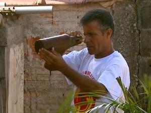 Agentes do controle de vetores fazem trabalho de combate ao mosquito da dengue em Casa Branca (Foto: Oscar Herculano/EPTV)