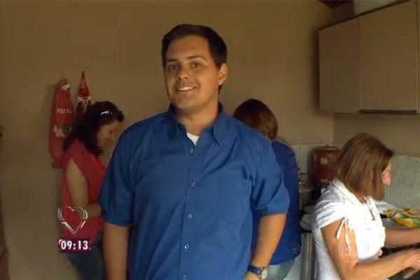 Repórter Felipe Falcão no sítio da matriarca da família  (Foto: Divulgação )