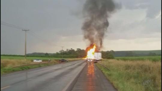 Colisão entre dois caminhões mata motorista e interdita a Cunha Bueno