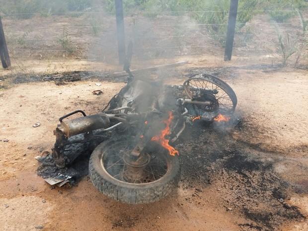 Uma das motos pegou fogo após a batida (Foto: Divulgação/Polícia Militar de Alenquer)
