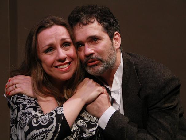 O ator ao lado de Keila Taschini em cena do espetáculo (Foto: Diego Urbaneja)