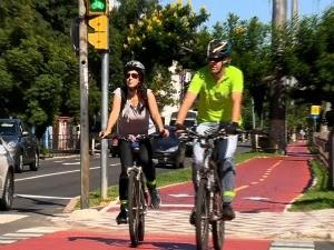 Conheça turma que utiliza bicicleta como meio de transporte (Foto: Reprodução/RBS TV)