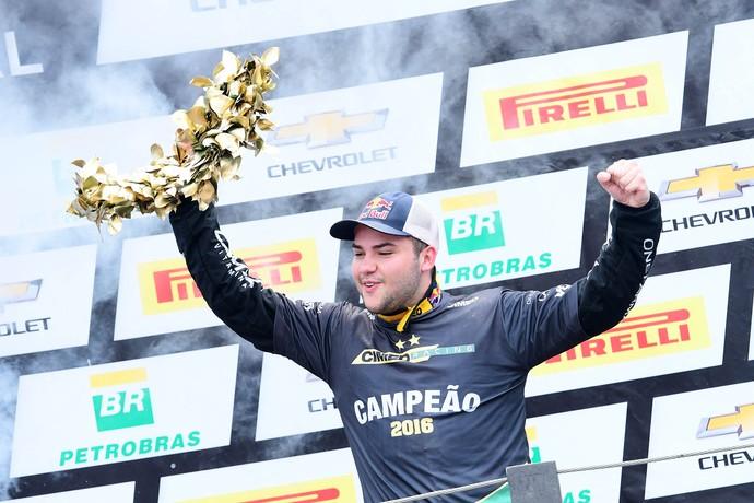 Felipe Fraga comemora título da Stock Car 2016 (Foto: Fernanda Freixosa)