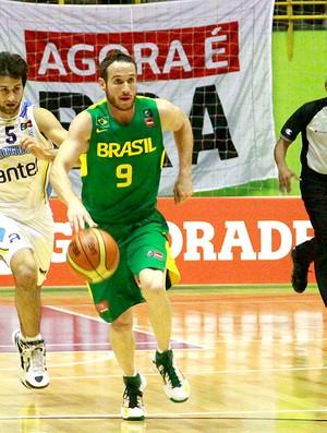 Marcelinho Huertas basquete Brasil contra Uruguai (Foto: Bê Caviquioli / Agência Estado)