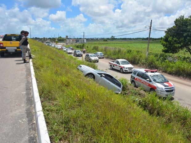 Condutora sai da pista e cai em encosta na Paraíba  (Foto: Walter Paparazzo/G1)