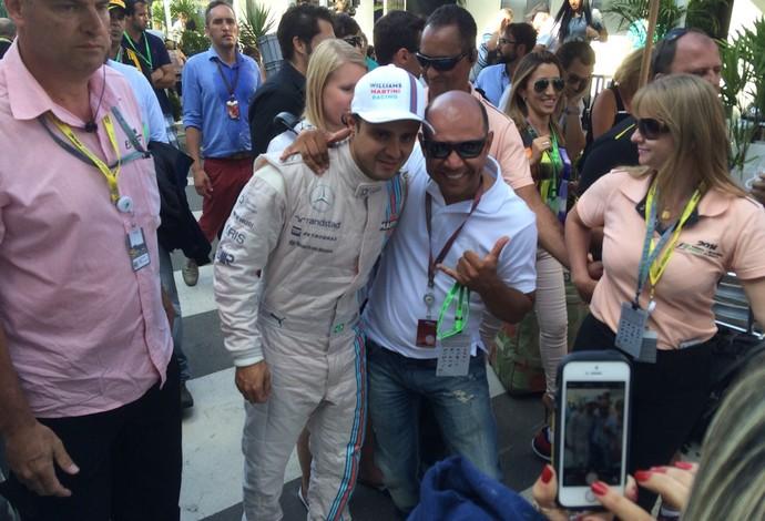 Felipe Massa é tratado como vencedor da corrida no paddock (Foto: David Abramvezt)
