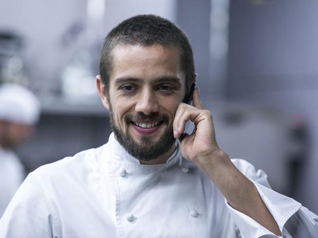 Vicente fala ao telefone com Maria Clara (Foto: Inácio Moraes/Gshow)