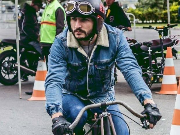 Corretor de imóveis ponta-grossense cria as réplicas de motos de corrida de velódromo dos anos 1913 a 1919 (Foto: Renan Hennemberg/ Arquivo pessoal)