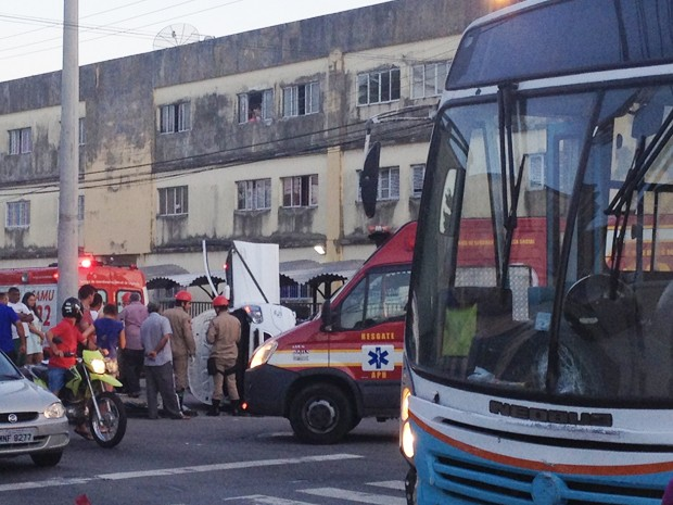 Táxi capotou após colisão com ônibus em cruzamento de João Pessoa (Foto: Walter Paparazzo/G1)