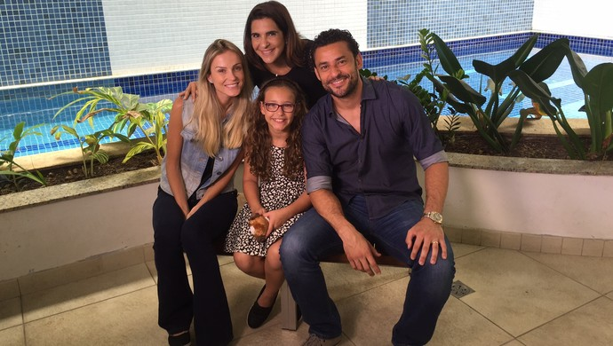 Fred com a esposa Paula Armani, filha Giovanna e repórter Vanessa Riche (Foto: Arquivo Pessoal)