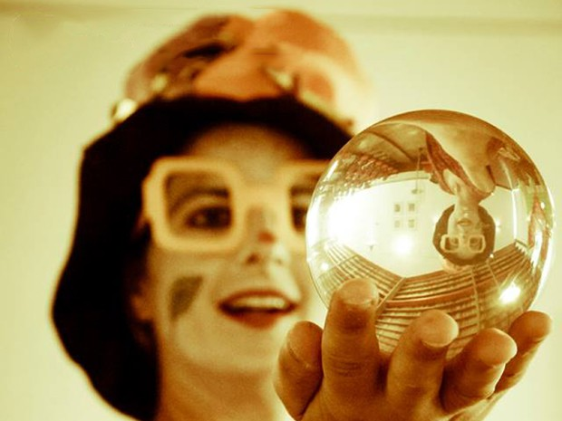 Durante espetáculo, atriz trabalha com bolas de malabares de contato (Foto: Welyson Maninho/ Divulgação)