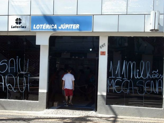 Lotérica que vendeu o bilhete ganhador da Mega-Sena comemora venda em Santa Bárbara (Foto: Aldo Morelli Junior/acervo pessoal)