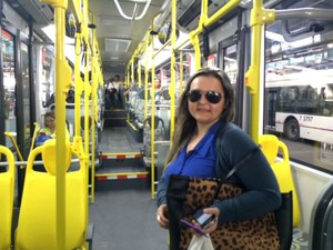 Rose Meire Leite, de 36 anos, dentro de um dos novos ônibus super-articulados (Foto: Amanda Previdelli/G1)