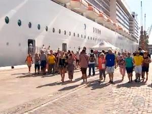 Turistas desembarcam em Salvador no novo terminal marítimo (Foto: Imagens/TV Bahia)