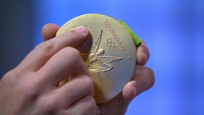 Medalha de ouro Lipe vôlei Rio 2016 (Foto: Reprodução / SporTV)