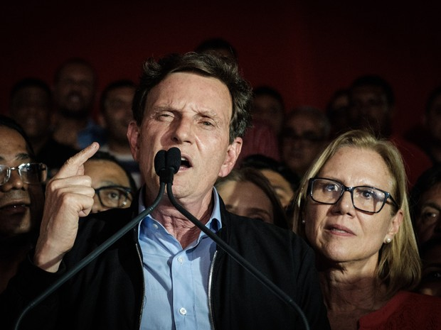 Marcelo Crivella (PRB), prefeito eleito do Rio de Janeiro com 59,36% dos votos válidos, comemora após a vitória sobre Marcelo Freixo (PSOL) (Foto: Yasuyoshi Chiba/AFP)