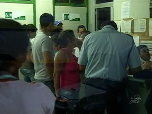 Candidatos saíram do local de prova e foram à delegacia regional registrar BO (Foto: TV Verdes Mares/Reprodução)
