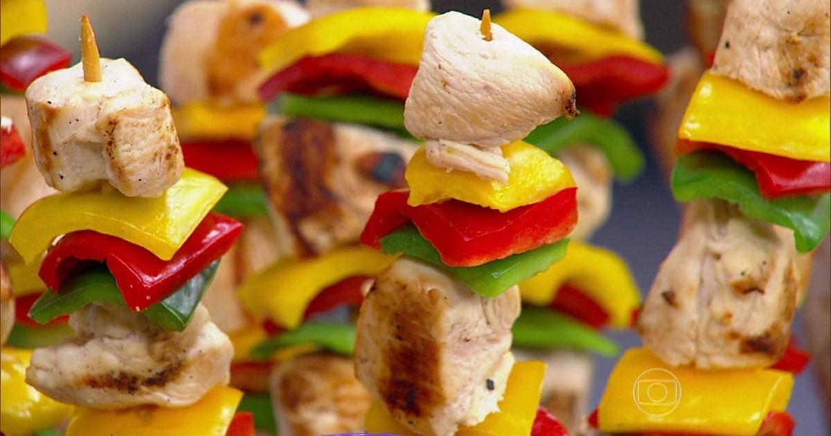 Adicionar carnes magras, legumes e frutas deixa o espeto mais saudável