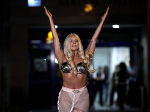 Lady Gaga acena para seus fãs na Grécia (Foto: Alkis Konstantinidis/Reuters)