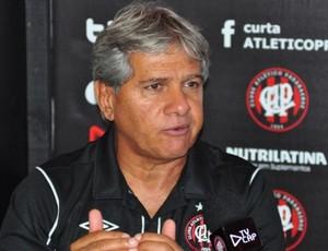 Arthur Bernardes, técnico do Atlético-PR, em entrevista coletiva (Foto: Site oficial do Atlético-PR/Divulgação)