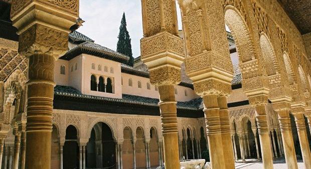 Foi na Alambra, em 1492, onde o último foco de resistência muçulmana se rendeu aos cristãos da Península Ibérica. Essa cidade, formada pro palácios, jardins e fortalezas recebe milhões de visitantes todos os anos (Foto: BBC)