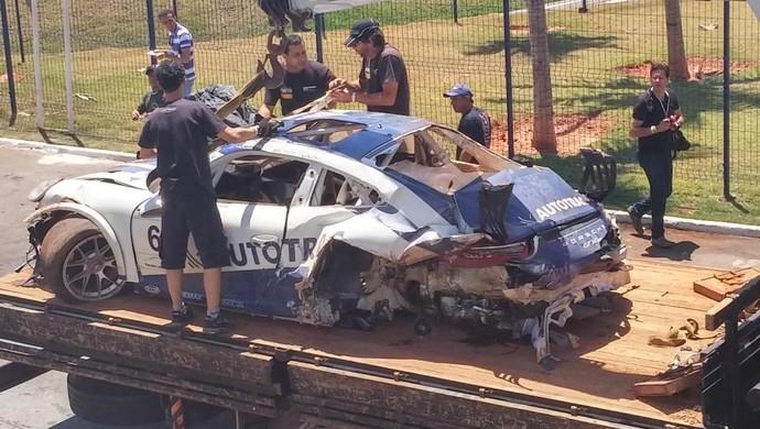 Carro de Pedro Piquet ficou destruído após capotar várias vezes em acidente na Porsche Cup em Goiânia (Foto: Divulgação / Autódromo de Goiânia)