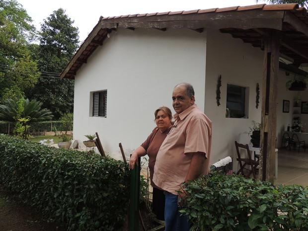 Seu Cebola e a mulher, na frente de casa, no bairro do Rodeio (Foto: Carolina Paes/G1)