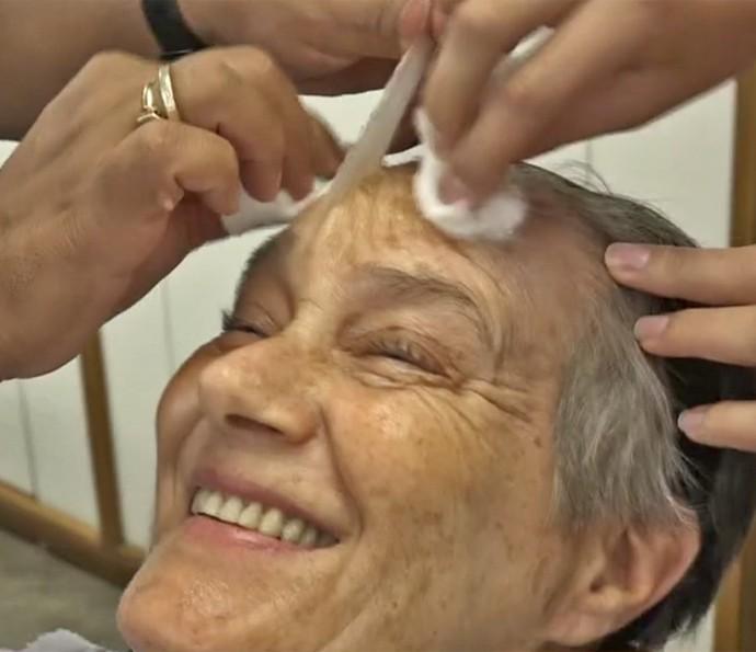 Selma Egrei retira parte da pele 'velha' da personagem (Foto: Vídeo Show / TV Globo)