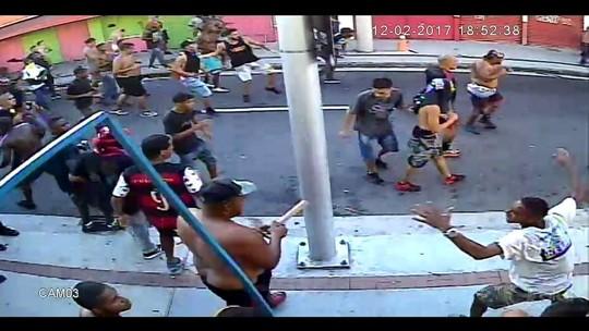 Câmera flagrou flamenguista com espeto durante briga de torcida