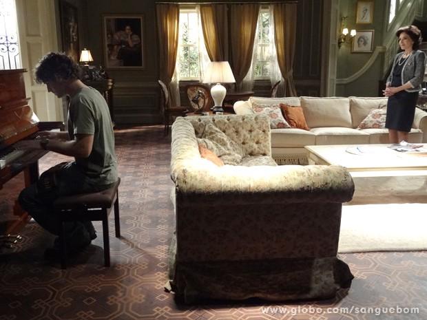 Bento surpreende ao tocar piano na casa dos Pais (Foto: Sangue Bom/TV Globo)