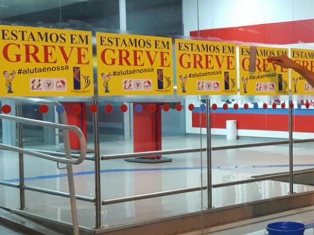 Agências bancárias amanheceram o dia com cartazes sobre a greve, em Goiás (Foto: Divulgação/Seeb-GO)