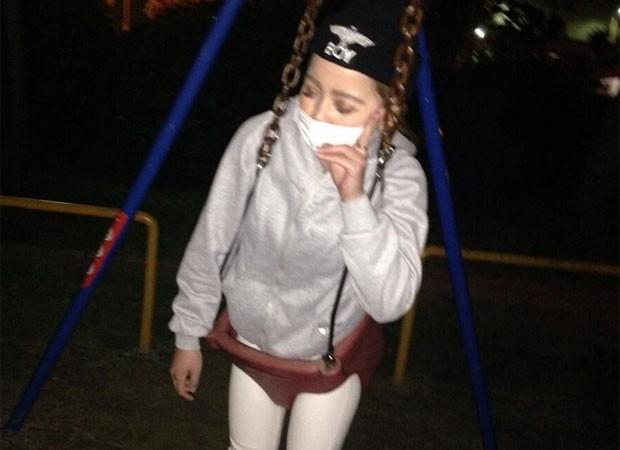 Jovem postou foto em balanço de bebê como brincadeira, mas não conseguiu sair e pediu ajuda no Twitter (Foto: Reprodução/Twitter/17Mayuchin)