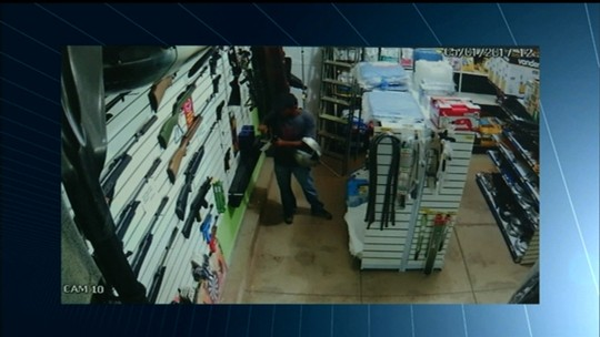 Câmera flagra homem furtando arma de pressão dentro de loja; veja vídeo