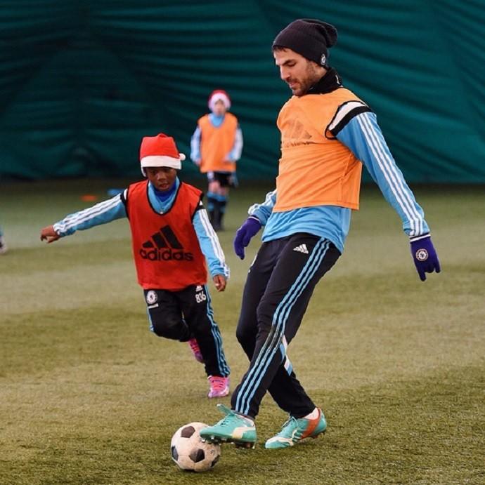 Fàbregas joga com meninos do sub-8 do Chelsea